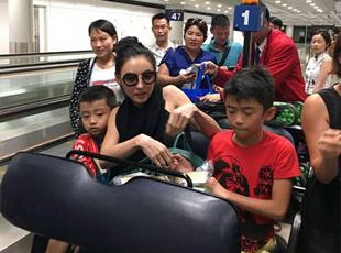 张柏芝母子现身机场 小儿帮拖行李箱超懂事