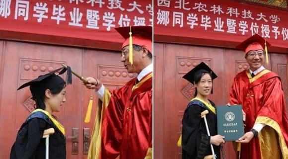 残疾大学生完成学业 校长登门颁证