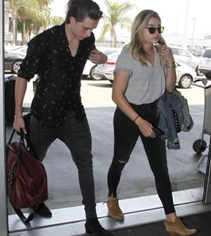 布鲁克林与女友机场秀恩爱 提行李紧不忘整理发型