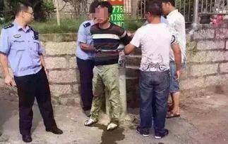 男子开车偷小孩被抓 被绑电线杆吓得尿裤子