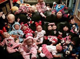 澳母亲收藏35个仿真娃娃 每天随身携带