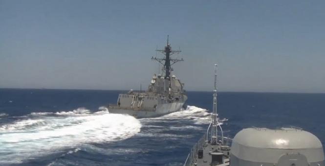 美军宙斯盾舰逼近俄舰 做出危险动作