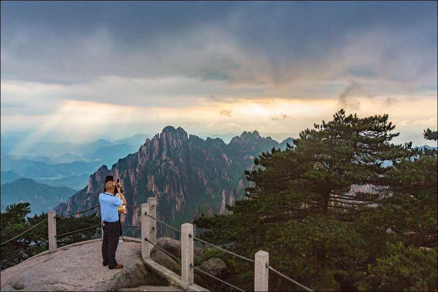 雨后的黄山风景区,空气特别清新自然,那一丝丝一缕缕的雾,就在身边飘