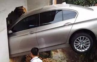 女司机油门当刹车 飞跃2米排渠撞进民房