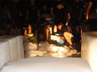广西一高校派发冰块给学生降温