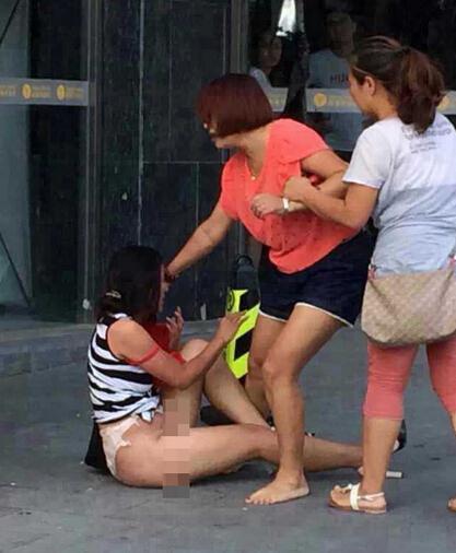 鲁大妈色小三_原配当街扒光小三衣裙暴打 赤裸肉体被围观