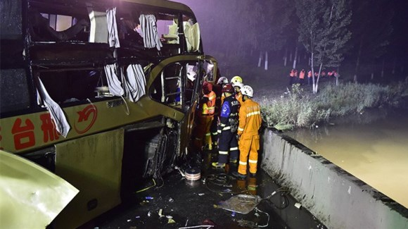 长途卧铺客车落水致26人死亡