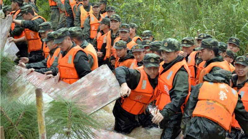 潰堤時刻,武警官兵組成人墻緊急搶險