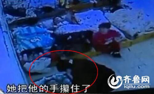近日,上海协和实验幼儿园多名家长反映自己孩子被老师体罚,包括用木棒打、用绳子绑在椅子上、用胶带封住嘴巴、用记号笔在脸上画画。大家都知道要教孩子男女授受不亲,幼儿园却这样让孩子搂搂抱抱舔奶油,虽然不知道是不是老师拍的照片,但应该八九不离十