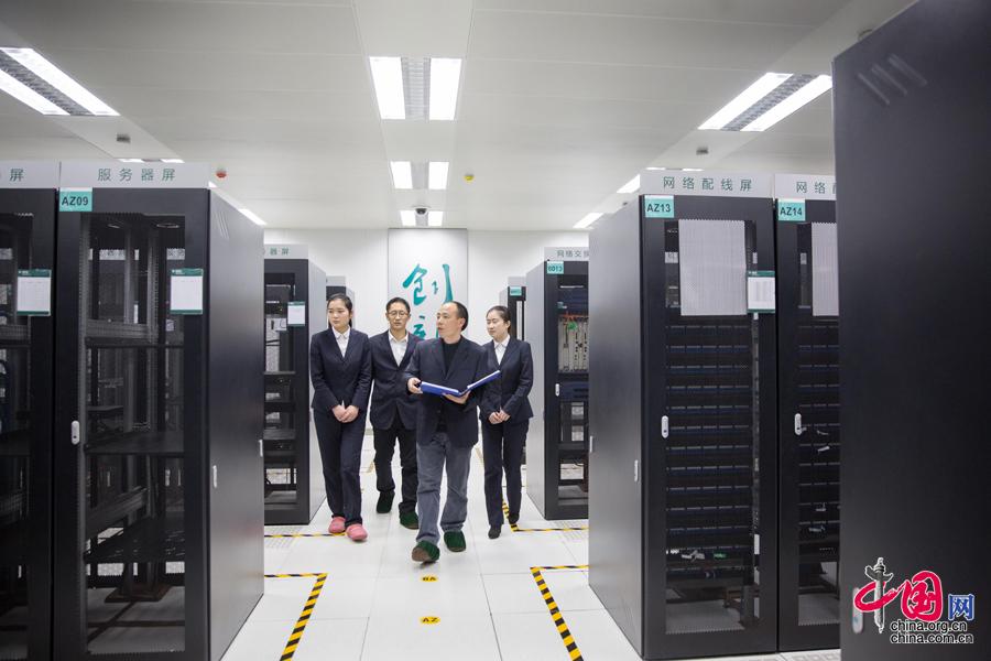 """[大国工匠]供电公司里的""""IT专家""""梁后健:键盘之间天地宽[组图] - 人在上海    - 中国新闻画报"""
