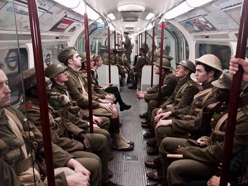 """街头现一战士兵 英国惊现""""鬼魂战士"""""""