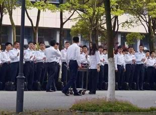 上海一高校280名男生为全系唯一女生庆生 场面壮观