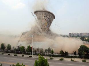 巨型冷却塔10秒破拆 瞬间场面壮观似易拉罐被挤扁