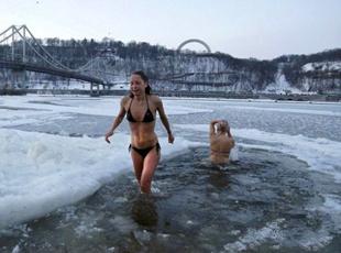 零下30℃!俄罗斯男女穿比基尼下水玩冰浴