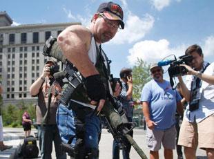 美国男子背步枪出席共和党全国代表大会集会