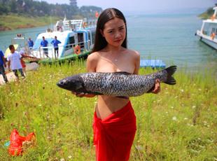 河南美女拍另类写真 水生物遮胸引围观