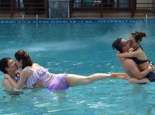 广东:情侣花式水中接吻大赛