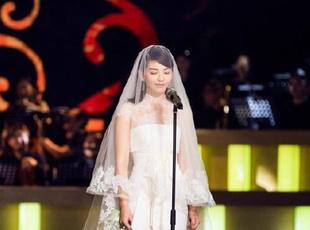 刘涛身披婚纱登台 眼眶含泪被赞美如画