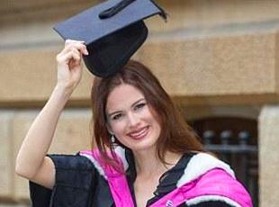 选美王冠非她所爱 英国剑桥美女学霸毕业从医