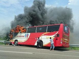 台湾一游览车起火燃烧 造成21死