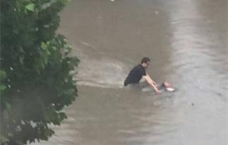 河北暴雨:女子差点被水淹没瞬间