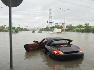 北京遭遇暴雨袭击 城区多处积水严重