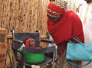 尼日利亚女孩患怪病全身只剩头部 一生住在盆里