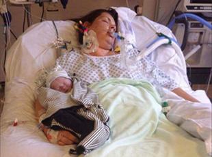 心碎!母亲辛苦诞下死婴 精心照顾15天后埋葬