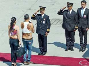 泰国王室继承人穿背心前往慕尼黑游玩