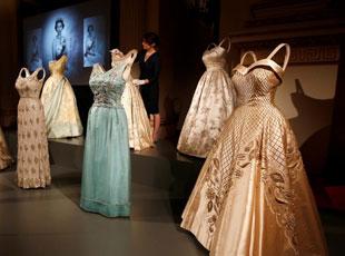 看看英国伊丽莎白女王90年来穿过哪些衣服