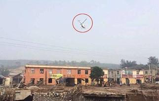 村镇遇暴雨成'孤岛' 飞机空投物资救援