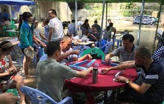 重庆民众水中打牌吃饭消暑纳凉