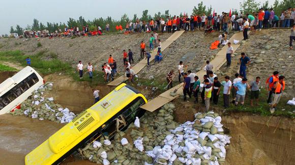 河北邢台堤坝告急 抗洪人员用报废公交车沉水筑堤