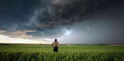 美国男子68米处观察龙卷风 冒险追逐拍摄