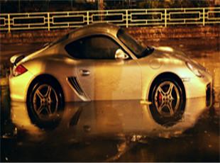 西安强降雨路面积水严重 名贵跑车被泡水中