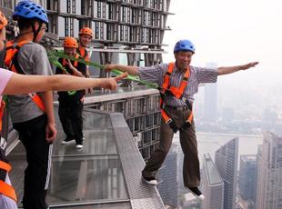 """上海摩天楼建玻璃栈道 游客体验""""云中漫步"""""""