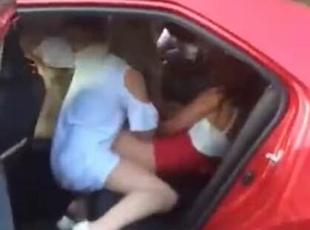 外国女子在中国出租车上打架 众人围观