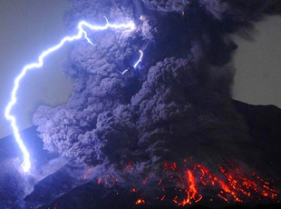 日本樱岛火山喷发伴随电闪雷鸣 火山灰高达5千米