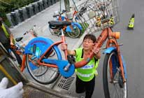 女漢子一天搬數百斤自行車