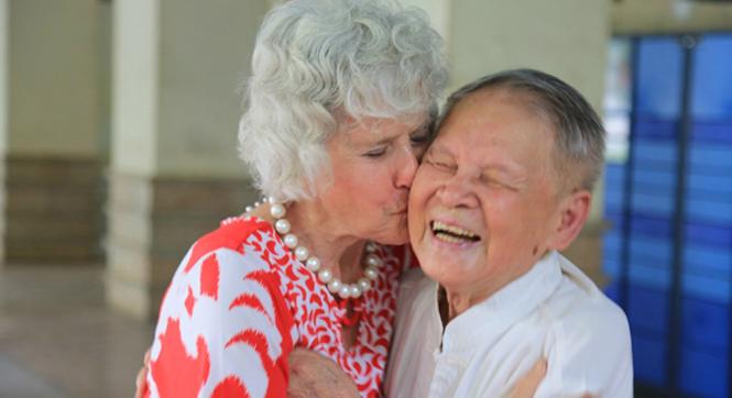 71年后美国老妇带18封感谢信来中国 与他拥吻