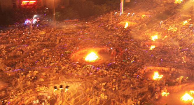 四川凉山彝族火把节数万人汇聚街头点火狂欢