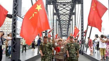 """军情24小时:老战士相聚鸭绿江畔迎""""八一"""""""