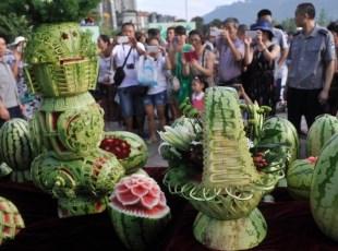 重庆趣味西瓜雕刻展引市民围观