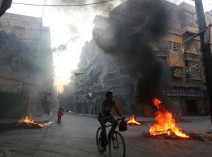 叙利亚人通过焚烧轮胎产生黑烟躲避空袭