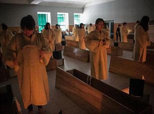 韩国自杀率居高不下 政府出奇招办'假死体验'