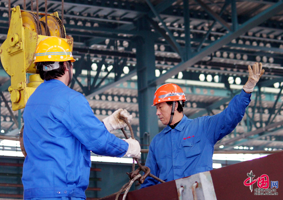 """大国工匠:""""天车安装专家""""周汉生[组图] - 人在上海    - 中国新闻画报"""
