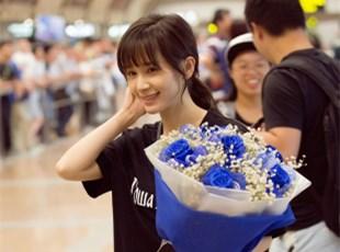 王子文现身机场 与粉丝互动亲和力十足