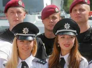 乌克兰庆祝国家警察日 美女警花吸引眼球