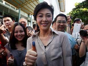 英拉现身参加泰国新宪法公投 获支持者献花