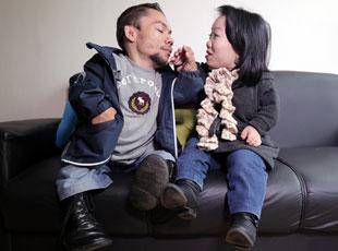 世界最矮情侣结束8年爱情长跑结婚